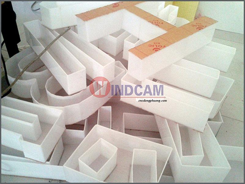 Sản phẩm uốn mica nhựa góc vuông