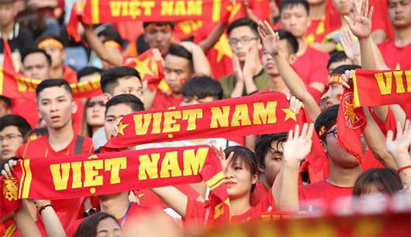 cổ động viên Việt Nam tưng bừng với những chiếc cờ đỏ và băng rôn mang tính tự hào dân tộc